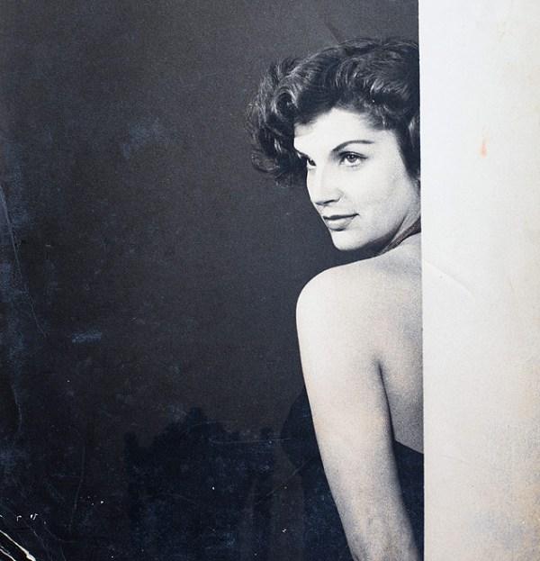Na década de 1950, a atriz surgia no esplendor da beleza como estrela da companhia cinematográfica Vera Cruz, no Brasil.
