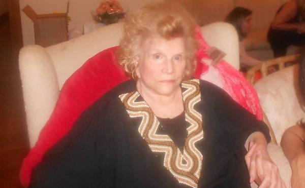 Hoje, a  atriz aos 91 anos de idade, no seu apartamento no Rio de Janeiro (Folha)