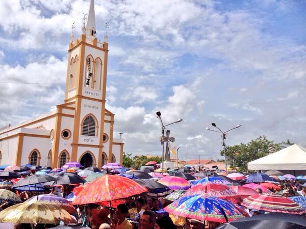 Nesta manhã, de 19 de março, Dia de São José, chove na cidade de Angicos, RN, onde o santo é o padroeiro. Uma multidão assiste a missa, protegida de guardas chuvas, em frente a Matriz local.