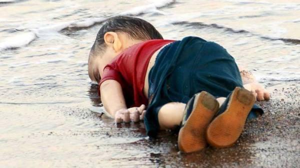 """A imagem que chocou o mundo. Nome do menino: Alyan Kurdi. Nacionalidade: síria. Idade: apenas, três anos. Ele tinha escapado das atrocidades do grupo autointitulado """"Estado Islâmico"""" na Síria."""