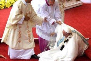 Em visita a Polônia, o Papa Francisco caiu, quando se dirigia ao altar para celebrar. A queda foi um mero tropeço. Nada afeta a saúde do Pontífice.