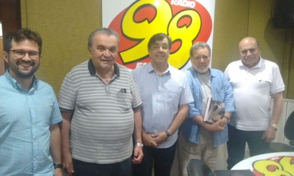 "O ""time"" da Mesa Redonda, que debate e analisa temas politicos e econômicos às sextas feiras, na FM 98 de Natal, a partir de 18hs10."