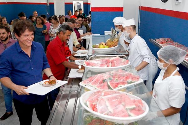 O governador Robinson Faria inaugurou nesta quarta-feira, 25, mais um Restaurante Popular em Natal. Desta vez são beneficiados os moradores do bairro Pajuçara, que terão ofertados 500 almoços de segunda a sexta-feira, ao preço de R$ 1,00 (um Real).