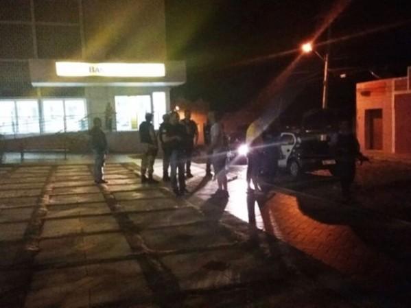 Policia chegou uma hora depois do tiroteio e as viaturas foram surpreendidas com grampos nas vias públicas que danificaram os pneus.