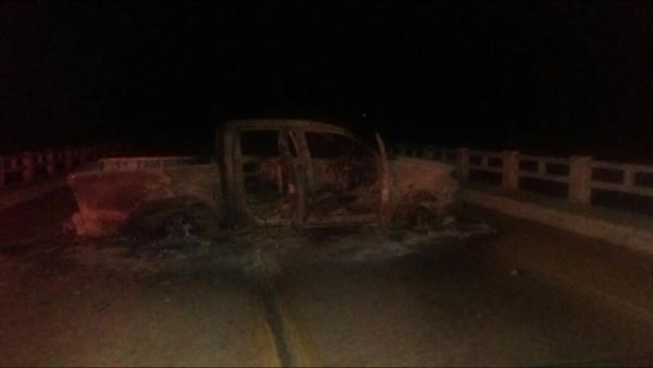 Bandidos incendiaram viatura em plena BR para impedir a caçada policial.